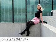 Эффектная молодая женщина сидит на бетонном парапете. Стоковое фото, фотограф Dmitri Maruta / Фотобанк Лори
