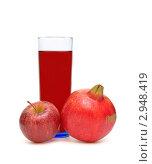 Купить «Стакан напитка, яблоко, гранат», фото № 2948419, снято 12 ноября 2011 г. (c) Ласточкин Евгений / Фотобанк Лори