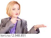 Девушка показывает пальцем на свою ладонь. Стоковое фото, фотограф Нилов Сергей / Фотобанк Лори
