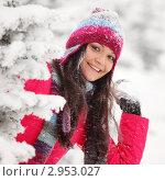 Купить «Веселая симпатичная девушка в зимнем лесу играет в снежки», фото № 2953027, снято 10 января 2010 г. (c) Иван Михайлов / Фотобанк Лори