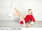 Блондинка в красном новогоднем костюме сидит на полу. Стоковое фото, фотограф Сергей Павлов / Фотобанк Лори