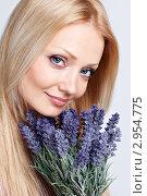 Портрет улыбающейся молодой женщины с букетом синих цветов. Стоковое фото, фотограф Екатерина Штерн / Фотобанк Лори