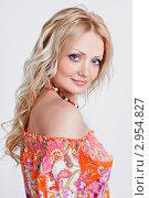 Красивая блондинка на сером фоне в яркой одежде. Стоковое фото, фотограф Екатерина Штерн / Фотобанк Лори