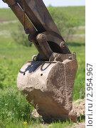 Ковш экскаватора крупным планом на фоне природы. Стоковое фото, фотограф Роман Угольков / Фотобанк Лори