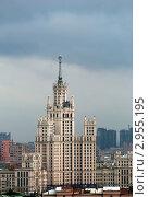 Купить «Москва. Высотка на Котельнической набережной», фото № 2955195, снято 31 октября 2011 г. (c) Зобков Георгий / Фотобанк Лори