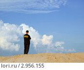 Купить «Охранник стоящий на песчаной горе на фоне облаков», фото № 2956155, снято 29 августа 2009 г. (c) Александр Лебедев / Фотобанк Лори