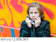 Портрет девочки подростка на фоне граффити. Стоковое фото, фотограф Игорь Низов / Фотобанк Лори
