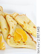 Купить «Блины с дольками мандаринов на тарелке», фото № 2957643, снято 29 октября 2011 г. (c) Сергей Галушко / Фотобанк Лори