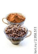 Купить «Две чашки с молотым и зернами кофе», фото № 2958511, снято 17 ноября 2011 г. (c) Дудакова / Фотобанк Лори