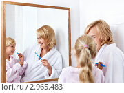 Купить «Мама с дочкой чистят зубы в ванной комнате», фото № 2965483, снято 23 августа 2011 г. (c) Raev Denis / Фотобанк Лори