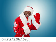 Купить «Темнокожий Санта Клаус на голубой фоне сильно радуется», фото № 2967695, снято 21 октября 2009 г. (c) Jan Jack Russo Media / Фотобанк Лори