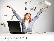 Купить «Девушка с длинными светлыми волосами разбрасывает в воздух деньги, сидя за ноутбуком», фото № 2967771, снято 18 июля 2011 г. (c) Иван Михайлов / Фотобанк Лори