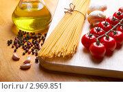 Купить «Сухие спагетти и различные продукты на деревянной разделочной доске», фото № 2969851, снято 14 ноября 2011 г. (c) Сергей Прищепа / Фотобанк Лори