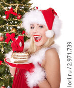 Красивая девушка в новогоднем колпаке ест торт. Стоковое фото, фотограф Gennadiy Poznyakov / Фотобанк Лори