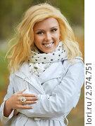 Портрет красивой блондинки в белом плаще в осеннем парке. Стоковое фото, фотограф chaoss / Фотобанк Лори