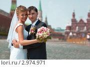 Купить «Молодые жених и невеста во время прогулки по Красной площади в Москве», фото № 2974971, снято 24 июля 2010 г. (c) chaoss / Фотобанк Лори