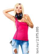 Купить «Молодая светловолосая девушка в красной майке и рваных джинсах стоит с наушниками на шее», фото № 2975095, снято 15 сентября 2010 г. (c) chaoss / Фотобанк Лори