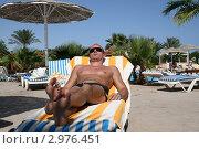 Купить «Турист из СНГ на пляже в Египте в октябре», фото № 2976451, снято 31 октября 2010 г. (c) Робул Дмитрий / Фотобанк Лори