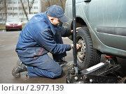 Купить «Механик меняет колесо на машине», фото № 2977139, снято 19 сентября 2019 г. (c) Дмитрий Калиновский / Фотобанк Лори