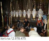 Израиль. Камень миропомазания в храме Гроба господня в Иерусалиме (2009 год). Редакционное фото, фотограф Александр Карябин / Фотобанк Лори
