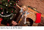 Купить «Папа играет с дочкой около новогодней елки и камина», фото № 2979667, снято 24 сентября 2018 г. (c) Ольга Хорькова / Фотобанк Лори