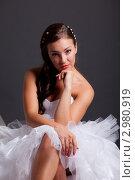 Купить «Красивая темноволосая женщина в белом свадебном платье на темном фоне», фото № 2980919, снято 24 сентября 2018 г. (c) Ольга Хорькова / Фотобанк Лори