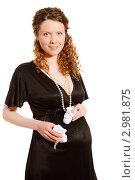 Купить «Красивая беременная женщина с пинетками в руках», фото № 2981875, снято 19 декабря 2018 г. (c) Ольга Хорькова / Фотобанк Лори
