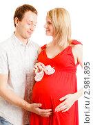 Купить «Счастливая семья в ожидании ребенка», фото № 2981895, снято 24 сентября 2018 г. (c) Ольга Хорькова / Фотобанк Лори