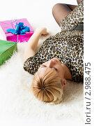 Купить «Молодая девушка с подарками», фото № 2988475, снято 13 ноября 2011 г. (c) Александр Фисенко / Фотобанк Лори