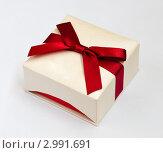 Купить «Подарочная коробка с красным бантом на светлом фоне», эксклюзивное фото № 2991691, снято 18 ноября 2011 г. (c) Игорь Низов / Фотобанк Лори