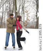 Купить «Молодая пара катается на коньках в зимний день», фото № 2995879, снято 21 февраля 2010 г. (c) Литова Наталья / Фотобанк Лори