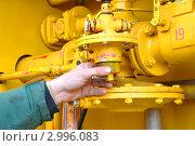 Купить «Рука слесаря, обслуживающего шкафной распределительный пункт газового хозяйства», фото № 2996083, снято 30 ноября 2011 г. (c) Анна Мартынова / Фотобанк Лори