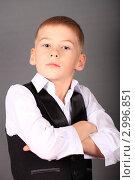 Купить «Мальчик с надменным видом скрестил руки на груди», эксклюзивное фото № 2996851, снято 6 ноября 2011 г. (c) Яна Королёва / Фотобанк Лори