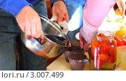 Купить «Разливание глинтвейна из кастрюли на пикнике», видеоролик № 3007499, снято 4 ноября 2010 г. (c) Евгений / Фотобанк Лори