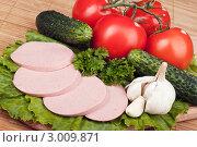 Нарезка из вареной колбасы и овощи. Стоковое фото, фотограф Сергей Телеш / Фотобанк Лори