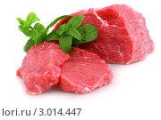 Купить «Куски свежей сырой говядины с веточкой мяты на белом фоне», фото № 3014447, снято 1 ноября 2011 г. (c) Vitas / Фотобанк Лори