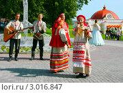 Купить «Выступление фольклорного ансамбля «ВЕНЕЦ»», фото № 3016847, снято 13 августа 2011 г. (c) ElenArt / Фотобанк Лори