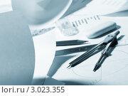 Канцелярские товары для черчения: циркуль, ластик, карандаш, бумага, линейка. Голубое тонирование. Стоковое фото, фотограф Dzianis Miraniuk / Фотобанк Лори