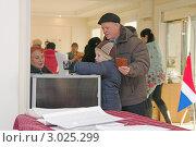 Купить «Дедушка и внук голосуют на избирательном участке г. Находка», эксклюзивное фото № 3025299, снято 4 декабря 2011 г. (c) Андрей Пашков / Фотобанк Лори