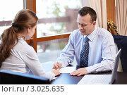 Купить «Деловые люди сидят за столом и подписывают документ», фото № 3025635, снято 18 октября 2011 г. (c) Raev Denis / Фотобанк Лори
