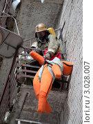 Купить «Пожарный спускает манекен с балкона на учениях», фото № 3028007, снято 26 августа 2011 г. (c) Вячеслав Палес / Фотобанк Лори