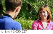 Купить «Фотограф снимает девушку на фоне летнего парка», видеоролик № 3030527, снято 28 июля 2010 г. (c) Евгений / Фотобанк Лори