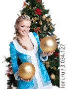 Купить «Красивая снегурочка с большими новогодними шариками стоит около елки», фото № 3034127, снято 15 августа 2018 г. (c) Гурьянов Андрей / Фотобанк Лори