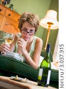 Купить «Молодая девушка пьет вино и курит, лежа на диване», фото № 3037915, снято 22 января 2007 г. (c) Monkey Business Images / Фотобанк Лори
