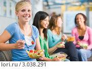 Девушки едят здоровую пищу. Стоковое фото, фотограф Monkey Business Images / Фотобанк Лори