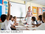 Купить «Ученик тянет руку на уроке в младшем классе», фото № 3038311, снято 30 марта 2000 г. (c) Monkey Business Images / Фотобанк Лори