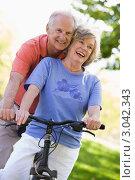 Купить «Зрелая пара на велосипеде», фото № 3042343, снято 26 февраля 2000 г. (c) Monkey Business Images / Фотобанк Лори