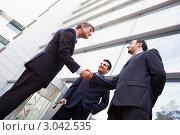 Купить «Деловые люди приветствуют друг друга рукопожатием», фото № 3042535, снято 29 октября 2006 г. (c) Monkey Business Images / Фотобанк Лори