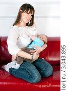 Купить «Кормящая мама», эксклюзивное фото № 3043895, снято 1 декабря 2011 г. (c) Куликова Вероника / Фотобанк Лори