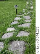 Дорожка в саду выложена из камня. Стоковое фото, фотограф Yana Geruk / Фотобанк Лори